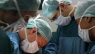 Im Unfallkrankenhaus Berlin wird einer hirntoten Patientin die Leber entnommen