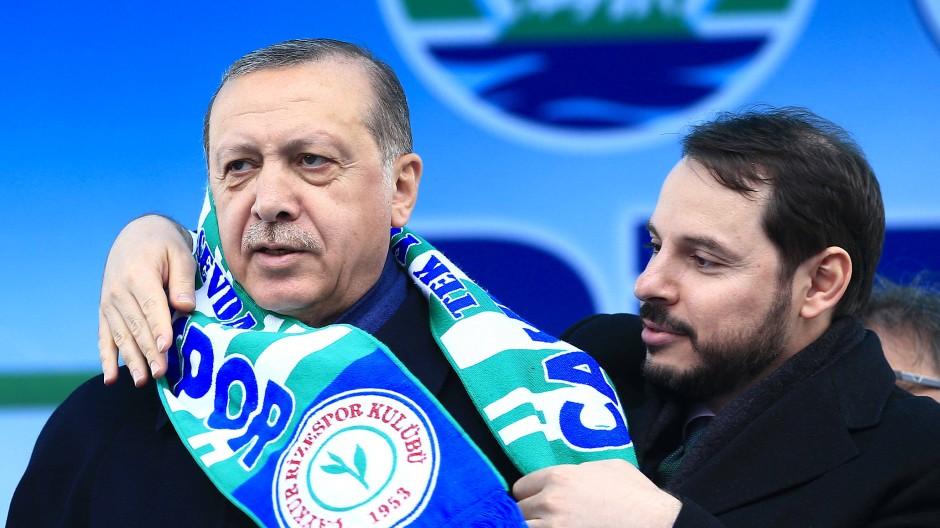 Bild aus vergangenen Tagen: Berat Albayrak legt Recep Tayyip Erdogan einen Schal um die Schultern.