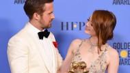 """Anstoßen mit dem Preis: Emma Stone und Ryan Gosling räumten als beste Hauptdarsteller im Bereich Komödie/ Musical für ihre Rollen in """"La La Land"""" ab."""
