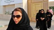Saudi-Arabien öffnet sich der Moderne nur langsam – hier verlassen Frauen am vergangenen Wochenende in Riad die erste Wahl, bei der sie stimmberechtigt waren.