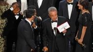 """Er kann alles erklären: Im zweiten Anlauf zieht Warren Beatty den richtigen Namen aus dem richtigen Umschlag, der Oscar für den besten Film geht an """"La La Land""""."""