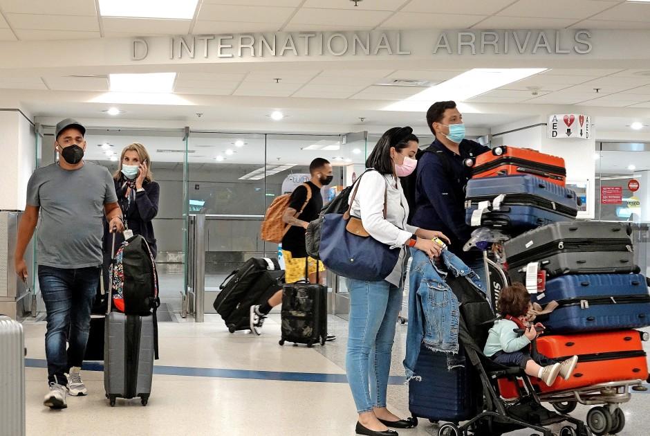 Hier wird es bald voller: Fluggäste verlassen den Ankunftsbereich im Flughafen von Miami in Florida.