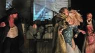 """Schwerstarbeit: Aurel Manthei, Franz Pätzold, Katharina Pichler und Götz Argus in Frank Castorfs Münchner Adaption von Jaroslav Hašeks """"Švejk"""""""
