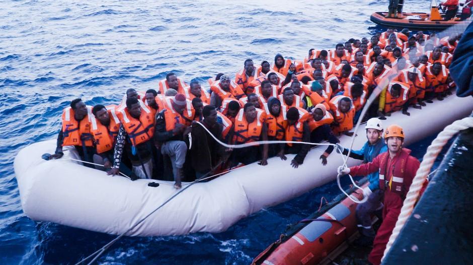 """""""Die Menschen sind mit dem Gefühl losgefahren, lieber zu ertrinken, als in Libyen zu bleiben"""": Flüchtlinge in einem Schlauchboot"""