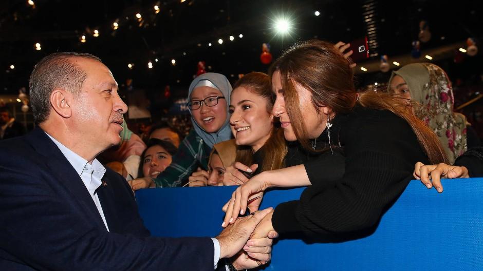 """Fototermin mit jungen Leuten: Der türkische Präsident Erdogan schüttelt Hände beim """"2023 Youth Forum"""" im Oktober 2017 in Istanbul."""