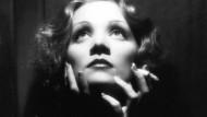 Wer wollte da nicht gern den Aschenbecher halten: Marlene Dietrich blies den feinsten Qualm ins schönste Licht