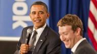 """Unangebrachte Nähe? Facebook muss sich gegen den Vorwurf verteidigen, Mitarbeiter hätten liberale Positionen in den Trending Topics"""" des sozialen Netzwerks aufgewertet. Barack Obama und Mark Zuckerberg im April 2011 in der Facebook-Zentrale in Palo Alto."""