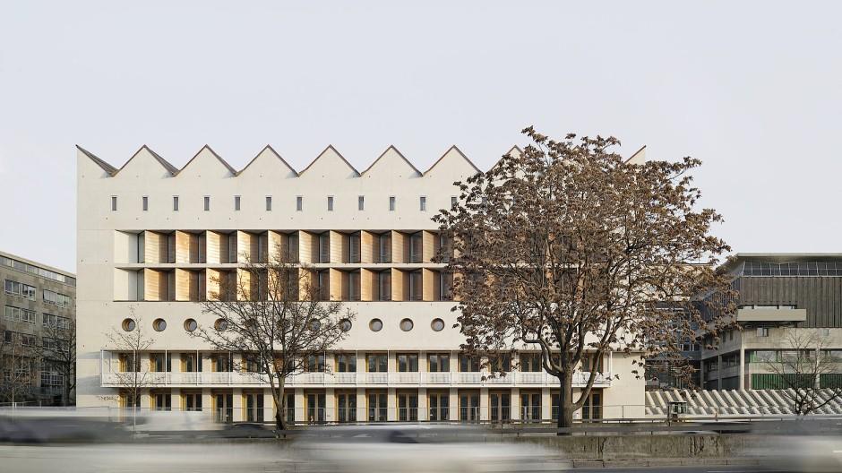 Am großen Verkehrsfluss: die Hauptfassade des Erweiterungsbaus der Württembergischen Landesbibliothek befindet sich an der stark befahrenen B 14.