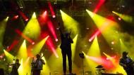 Die großen Posen in großen Dosen: Win Butler (in der Mitte) von Arcade Fire, am Mittwoch auf der Bühne im schweizerischen Nyon.