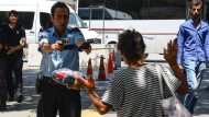 Es gibt nichts, was keine Gefahr darstellen könnte: Eine Passantin mit potentiell tödlichem Päckchen in Ankara.
