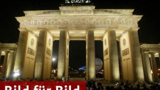 Brandenburger Tor nach zweijähriger Sanierung wieder enhüllt