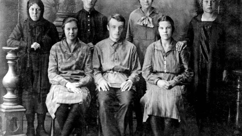 Unterm Damoklesschwert: Anatoli Sergejewitsch Prawdoljubow (Mitte) und sein kirchliches Gesangsensemble zu Beginn der dreißiger Jahre