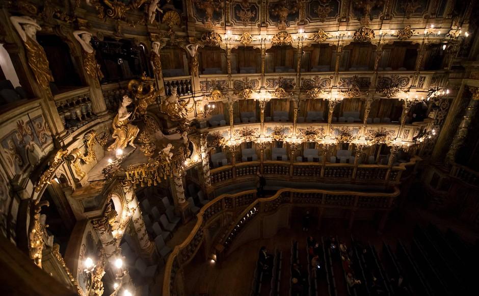 Mit einer Bühne von 25 mal 27 Metern und einem Saal mit 450 Plätzen im Parkett und drei Logenrängen ist es das größte erhaltene barocke Opernhaus dieser Art.