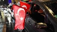 Deutschtürken feiern Erdogan nach dem Referendum in Berlin