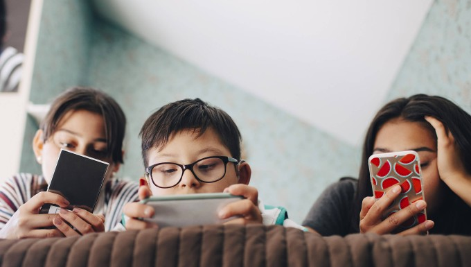 Kinder mit digitalen Aufmerksamkeitsfressern