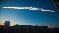 Sibirien sei dazu gemacht, um solche Dinge aufzufangen, heißt es in DeLillos Roman. Der Kondensstreifen eines Meteors über der Stadt Tscheljabinsk im Ural. Der Einfall fand am 15. Februar 2013 statt, von den Folgewirkungen wurden mehr als 1500 Menschen verletzt.