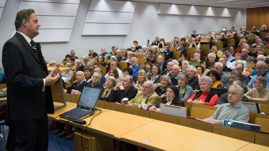 So war es mal:  Angehörige der Frankfurter Universität des dritten Lebensalters hören eine Vorlesung.