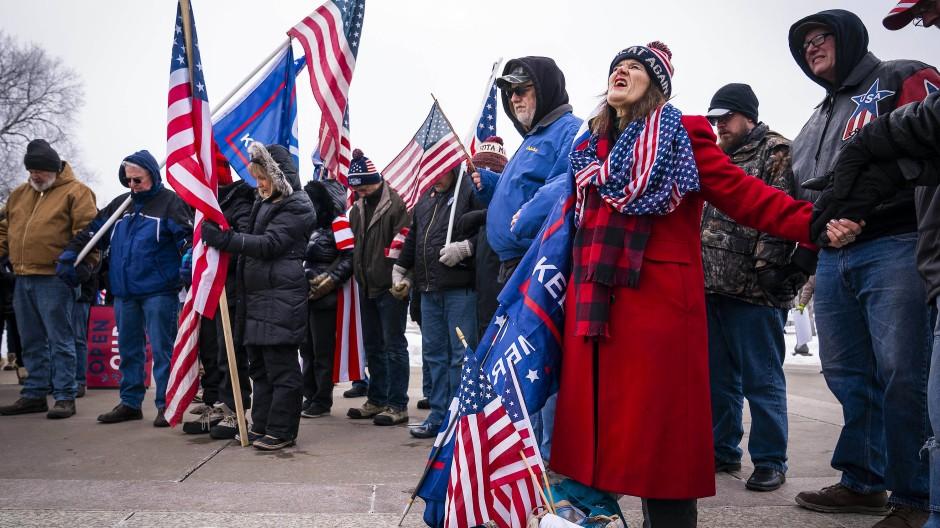 Klagegestus: Trump-Anhänger demonstrieren am vergangenen Samstag vor dem Kapitol von Minnesota in Saint Paul.