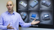Leeor Ben-Peretz, Vizechef des israelischen Unternehmens Cellebrite, erklärt die Technologie hinter seinem Unternehmen. Dafür interessieren sich Regierungen in aller Welt.
