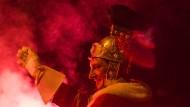 An vielen Orten wird der Martinstag wie hier in Kempen mit einem Straßenumzug gefeiert, an ihrer Spitze ein als St. Martin kostümierter Reiter.
