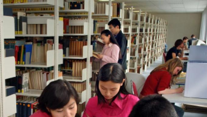 Drei von zwanzigtausend: Studenten aus China in der Bibliothek der Technischen Universität Chemnitz