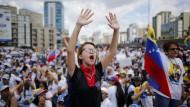 Frauen protestieren in Caracas gegen die venezolanische Regierung.