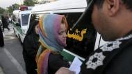 Eine Frau wird von der Moralpolizei festgehalten: Eigentlich müssten Regierung und Volk zusammenarbeiten, um die Probleme des Landes zu überwinden.