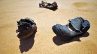 Weiter, immer weiter: Zurückgelassene Schuhe auf einer Schmugglerroute im ägyptischen Grenzgebiet zu Libyen und Sudan