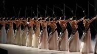 Das Opernballett der Bayerischen Staatsoper spannt die Bögen für ein Spiel, in dem Jagd und Liebe eines sind.