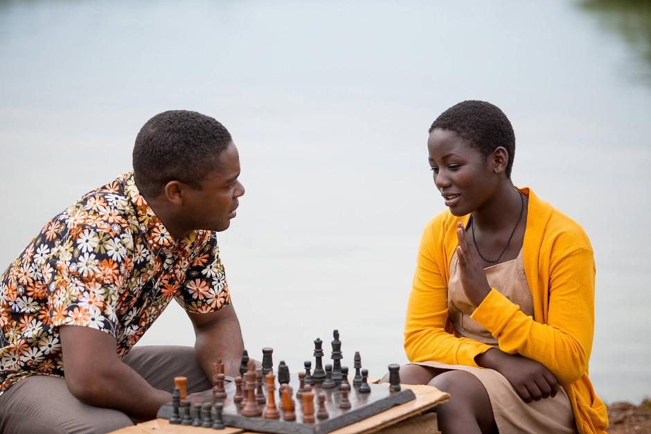 David Oyelowo als Robert Katende und Madina Nalwanga als Phiona Mutesi