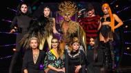 """Szene aus dem Halbfinale von """"Queen of Drags"""": Oben die Kandidatinnen, unten die Jury mit Gast La Toya Jackson"""