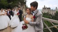 So heiratet man heute: Fünfzehn Liebespaare aus dem Reich der Mitte geben sich vor der Kulisse des Schlosses Neuschwanstein das Versprechen ewiger Treue.