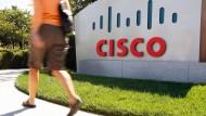 Snowden-Enthüllungen zufolge haben NSA-Mitarbeiter Cisco-Produkte auf dem Postweg abfangen. Cisco-Chef John Chambers hat sich jetzt bei Obama beschwert.