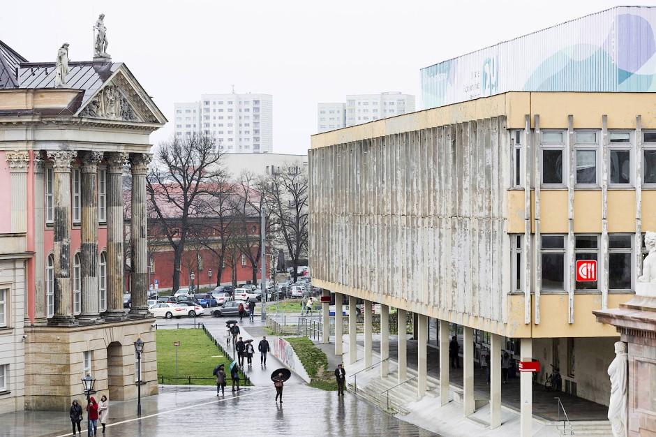 Schön, dass hier wenigstens etwas noch wirklich alt ist: Links das Stadtschloß, rechts die Fachhochschule. Sie soll einem Wohngebäude-Ensemble weichen.
