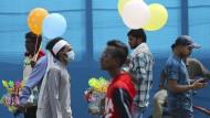 Mann mit Mundschutz auf der Straße im indischen Hyderabad