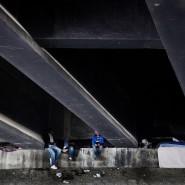 Der Tunesier Issam und seine Freunde Amor und Muhammed an ihrem Schlafplatz unter einer Brücke in Paris