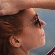 Selbsterfahrung und Partnerschaftsarbeit sehen genau wie Werbefilme für Pauschalreisen meistens entspannter aus, als sie sich innerlich anfühlen: Sanne (Marleen Lohse) in der Sonne
