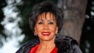 Ein knalliges Rot zum Geburtstag: Die Sängerin Shirley Bassey wird 80.