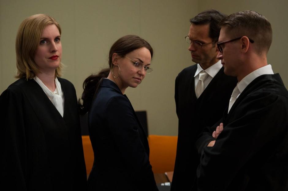 Die Angeklagte Beate Zschäpe (Lisa Wagner) inmitten ihrer Pflichtverteidiger (Statisten).