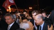 "Der türkische Ministerpräsident Recep Tyyip Erdogan (rechts) begrüßt Rached Ghannouchi, den Anführer der ""Al-Nahad""-Bewegung"