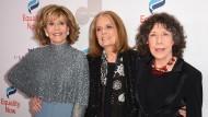 Die Unermüdliche: Weil Demokratie wie Zähneputzen ist, hörte Gloria Steinem (Mitte, zwischen Jane Fonda und Lily Tomlin) nicht auf, herumzureisen und zu reden.