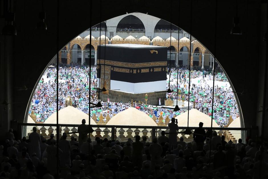 Die Kaaba inmitten von Pilgern