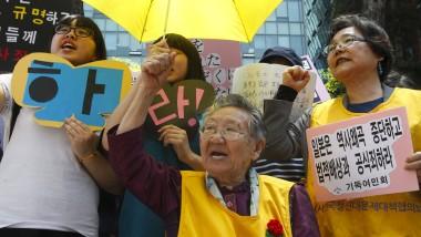 """Wir werden nicht stumm bleiben: Eine ehemalige """"Trostfrau"""" und Unterstützer demonstrieren gegen Japans zunehmende Unfähigkeit, sich der Vergangenheit zu stellen"""