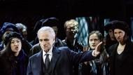 """Unter Druck: José Carreras mit Sabina Puértolas, Manel Esteve und dem Arnold Schoenberg Chor in der """"El Juez""""-Inszenierung"""