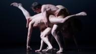 """So schön kann Tanz sein, der einfach neue Welten schafft: Szene aus """"Kreatur"""" von Sasha Waltz"""
