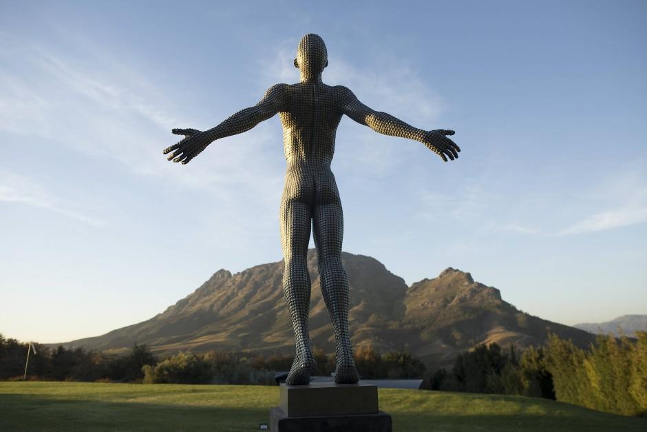 Willkommen, Welt: Eine Skulptur des südafrikanischen Künstlers Anton Smit im Weingut Delaire Graff.