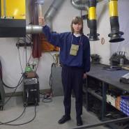 Der 22 Jahre alte Kunststudent Jonas Roßmeißl hält das Handwerk hoch.