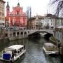 Blick über den Fluss Ljubliancia auf die Franziskanerkirche in der slowenischen Hauptstadt