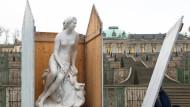 Gut eingepackt über den Winter: Marmorfigur im Schlossgarten von Sanssouci.
