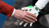 Was braucht es, wenn sich Mensch und Maschine berühren? Richtig, eine neue Behörde.